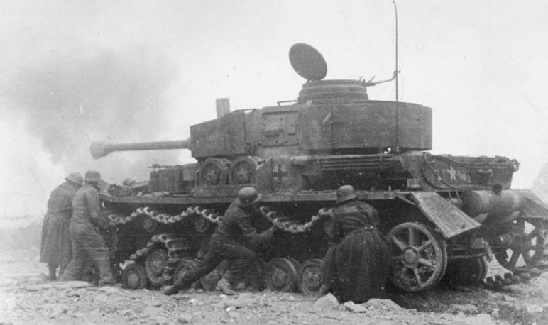 Экипаж немецкого танка PzKpfw IV ремонтирует поврежденную гусеницу в бою возле Монте-Кассино.