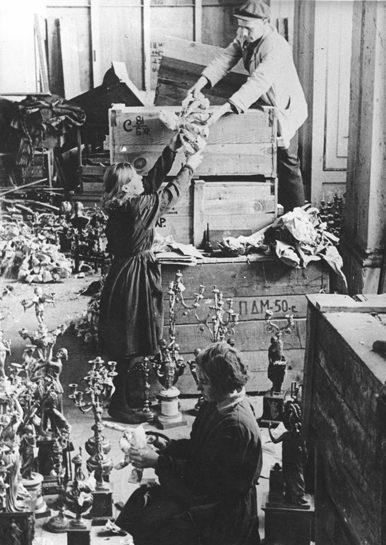 Ящики с музейными ценностями, прибывшие из Новосибирска. 1948 г. Там они хранились не вскрытые с 1941 года.