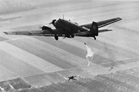 Самолет с десантниками на учениях. 1940 г.