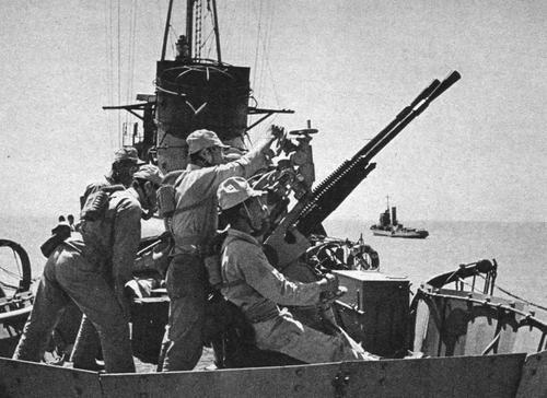 Транспорт японского флота, вооруженный 25-мм пушкой типа 96. Новая Гвинея, 1942 г.
