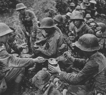 Японские солдаты за обедом. Китай, 1942 г.