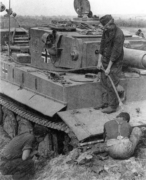 Испытание немецких «Тигров» 503-го тяжелого танкового батальона в окрестностях Знаменки после ремонта на Знаменском паровозном депо. Преодоление рва. Сентябрь 1943 г.