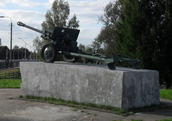г. Велиж. Памятник-пушка по улице Розы Люксембург, установленная в честь 4-й Ударной армии.