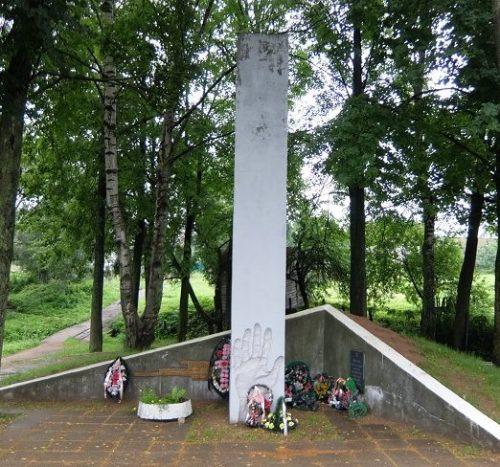 г. Велиж, ул. Курасова. г. Велиж. Памятник, установленный на братской могиле, в которой похоронено свыше 1000 жертв Велижского гетто.