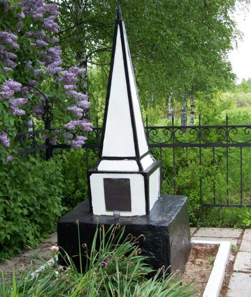 ст. Присельская Кардымовского р-на. Братская могила 7 партизан, погибших в годы войны.