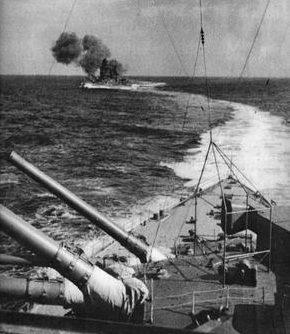 Линкоры «Кирисима» и «Хиеи» ведут огонь по эсминцу ВМС США «Edsall». Март 1942 г.