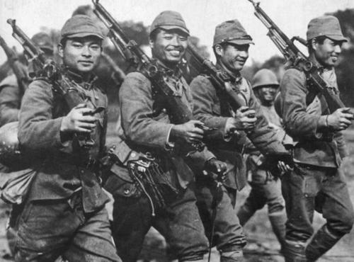 Японские солдаты на марше. Китай, 1942 г.