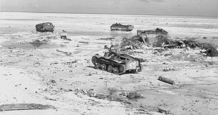 После битвы. Разбитые американские машины-амфибии LVT(A)5 и подбитый японский танк «Ха-Го».