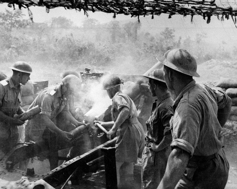 25-фунтовое британское орудие в действии на участке Рапидо фронта Кассино.