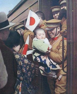 Японский солдат прощается с семьей перед отправкой на фронт в Маньчжурию. 1933 г.