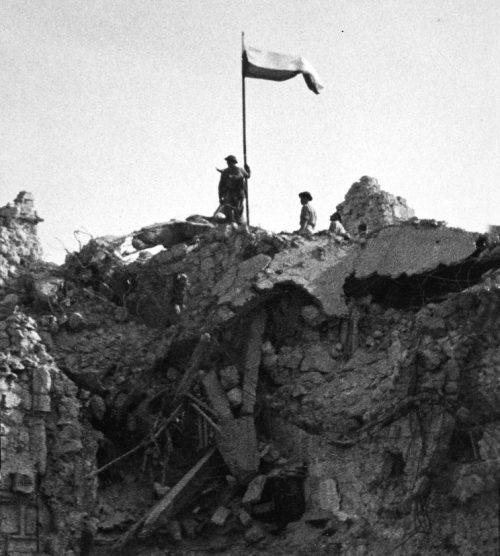 Поляки поднимают свой национальный флаг над Монте-Кассино.