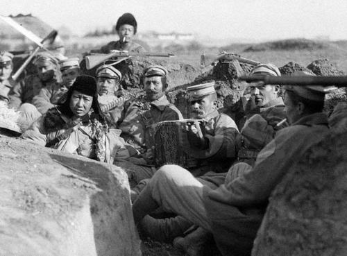 Русские наемники контролируемой японцами имперской армии Манчжуо-Го в траншее во время японского вторжения на Великую китайскую стену. 1933 г.
