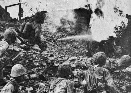 Огнемет в действии во время битвы при Батаане. 1942 г.