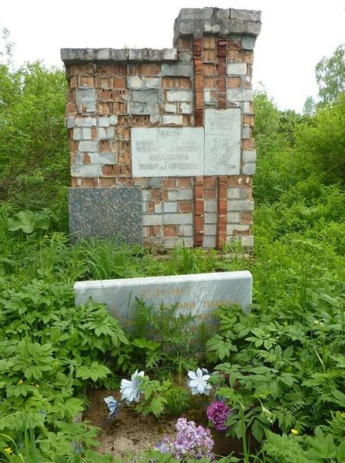 д. Городная Демидовского р-на. Памятник, установленный на братской могиле, в которой похоронено 169 мирных граждан, сожженных фашистами.