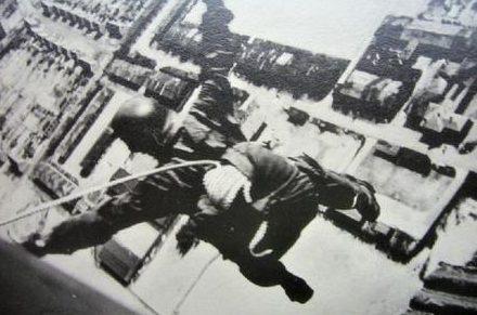 Немецкие парашютисты на учениях. 1940 г.