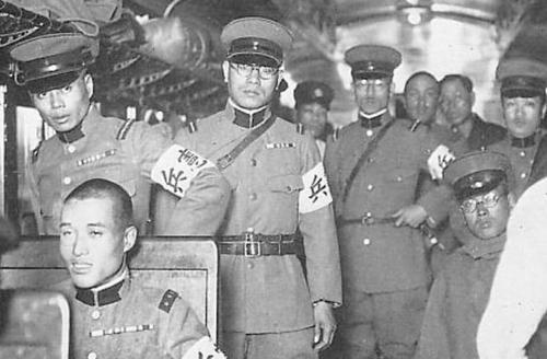 Офицеры Kempeitai (военной полиции) в пригородном поезде. Япония, 1935 г.