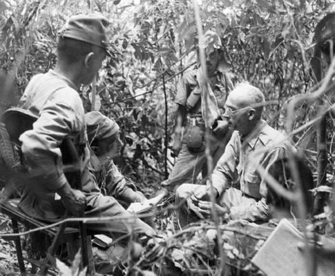 Японские офицеры допрашивают американского генерала Джонатана Мэйхью Уэйнрайта IV. Батаан, 1942 г.