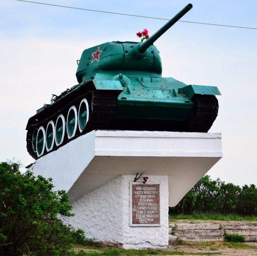 г. Демидов при выезде из города по дороге Рудня – Демидов. Памятник с надписью; «Танк установлен в честь мужества и героизма воинов 43-ей армии, освободившей 21 сентября 1943 года город Демидов от немецко-фашистских захватчиков».
