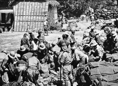 Японские солдаты грабят имущество военнопленных в начале «Марша смерти» в Батаане. Апрель 1942 г.