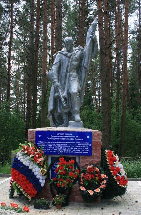 д. Селезни Велижского р-на. Памятник, установленный на братской могиле, в которой похоронено 8 тысяч советских воинов, погибших в годы войны.
