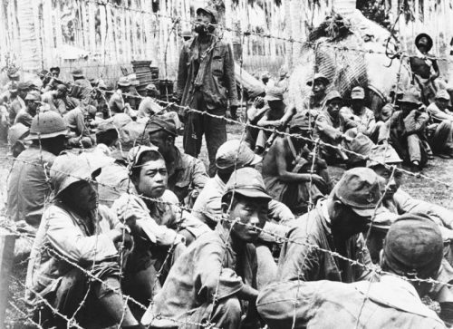 Японские солдаты взятые в плен на Гуадалканале в американском лагере для военнопленных. Ноябрь 1942 г.