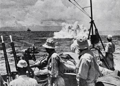 Японский легкий крейсер атакует глубинными бомбами американскую подлодку. 1942 г.
