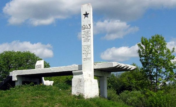 Памятный знак на месте переправы, открытый в 1991 году.
