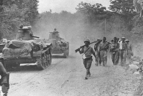 Легкие танки Ha-Go возле американских военнопленных во время «Марша смерти» в Батане. Апрель 1942 г.