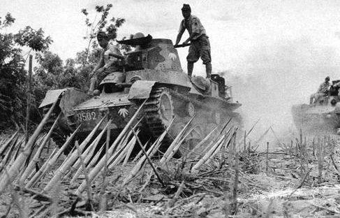 Танк Ха-Го преодолевающий бамбуковые препятствия. Батаан, 1942 г.