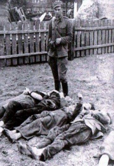 Тела убитых украинцев в селе Верховина Красноставського повита. 6 июня 1945 года погибло 200 человек.