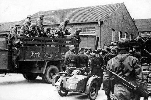 Немецкие десантники на территории казарм Тапийнказерне в городе Маастрихте. Нидерланды, 1940 г.