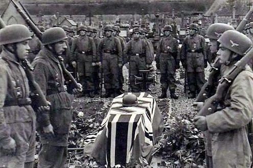 Немецкие десантники хоронят одного из своих в Голландии. 1940 г.