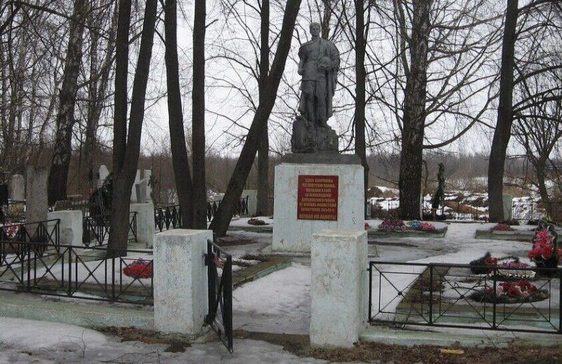 г. Демидов. Мемориал, установленный на братской могиле, в которой похоронено 937 советских воинов, погибших в 1941-1943 годах в боях с немецкими захватчиками.