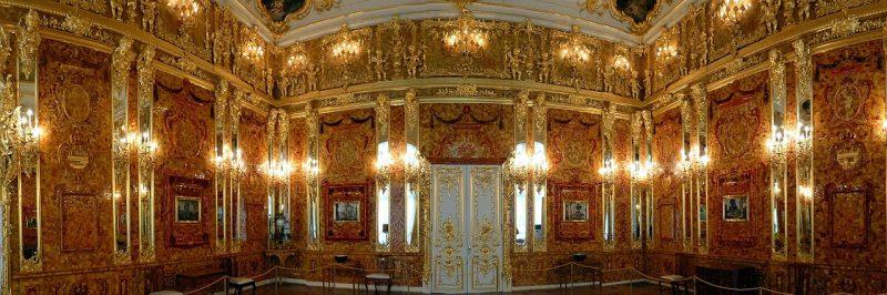 Панорама трех стен с янтарными панелями.