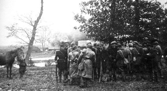 Бойцы АК на фоне горящего села Сагрынь.