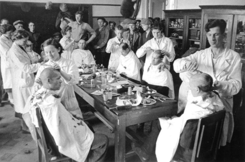 Стрижка новобранцев в Москве в первые дни войны. 1941 г.