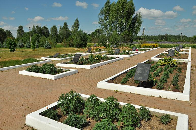 д. Соловьёво Кардымовского р-на. Поле памяти, открытое в 2002 году, где перезахоронены останки советских воинов.