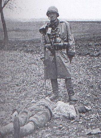 Солдат Армии Kрайовой у трупа украинского крестьянина, убитого вблизи села Сагрынь.