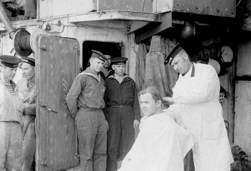 Стрижка на корабле. Пропагандистское фото. 1942 г.