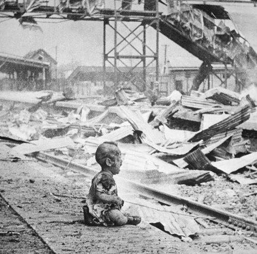 Железнодорожный вокзал Шанхая после японской бомбардировки. 28 августа 1937 г.