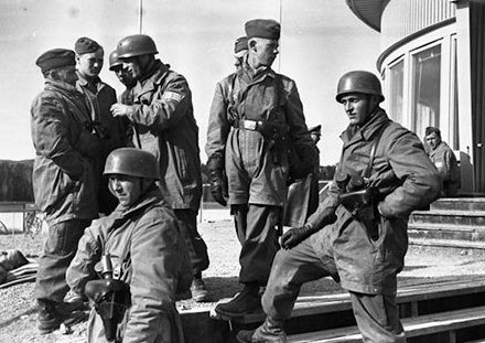 Десантники в аэропорту Форнебу г. Осло. 9 апреля. 1940 г.