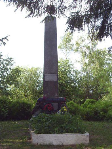 д. Шестаково Кардымовского р-на. Памятный знак на месте массовой казни оккупантами советских граждан и братская могила, в которой похоронено 15 советских воинов.