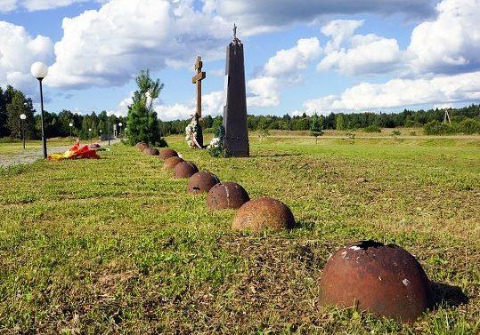 Памятные знаки у входа на мемориал.