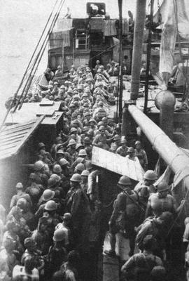 Солдаты на транспортном корабле у острова Гуадалканал. 1942 г.