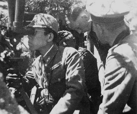 Офицер японской армии с Эрихом фон Манштейном наблюдает за осадой Севастополя. 1942 г.