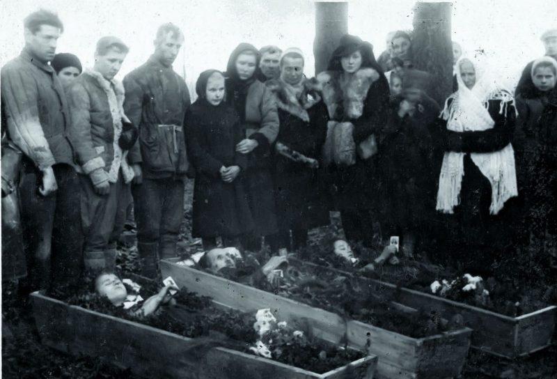 Похороны семьи Яремовичей убитой украинской милицией 11 ноября 1944 года. Лезава, повят Залещики.