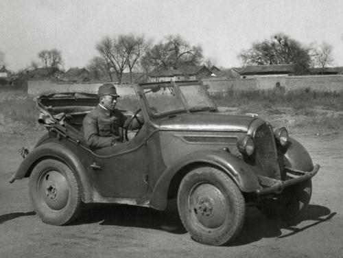 Офицер японской армии на автомобиле Курогане в оккупированной Корее. 1942 г.