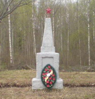 д. Дятловщина Демидовского р-на. Обелиск, установленный на братской могиле, в которой похоронены советские воины.