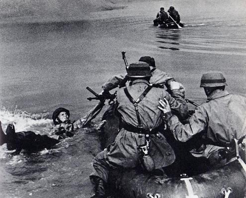 Немецкие десантники пересекают реку Маас в Моердийке. Нидерланды. 10 мая 1940 г.