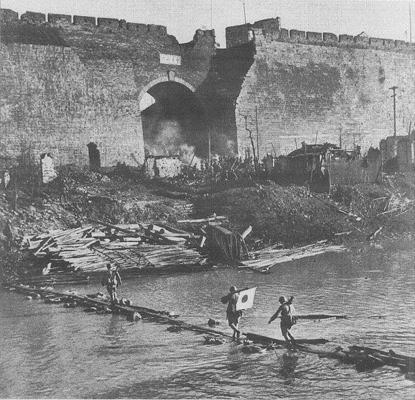 Корпус Тиба, пересекает реку перед стеной замка Нанкин. 13 декабря 1937 г.